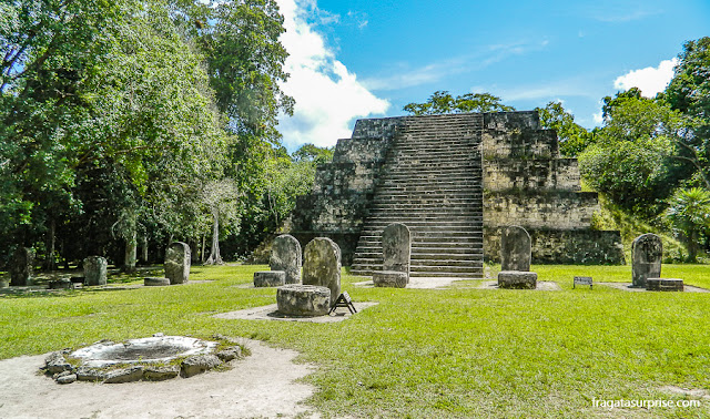 Pirâmide Leste do Complexo Q, em Tikal, Guatemala, estelas e altares