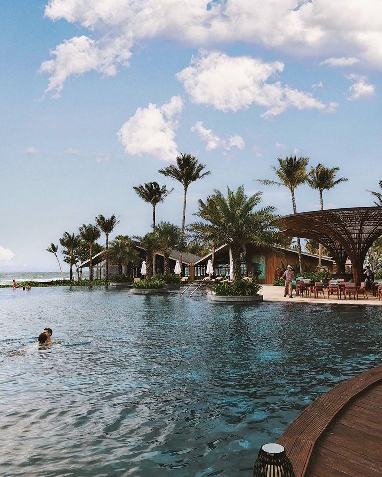 Hồ bơi tại khách sạn Intercon
