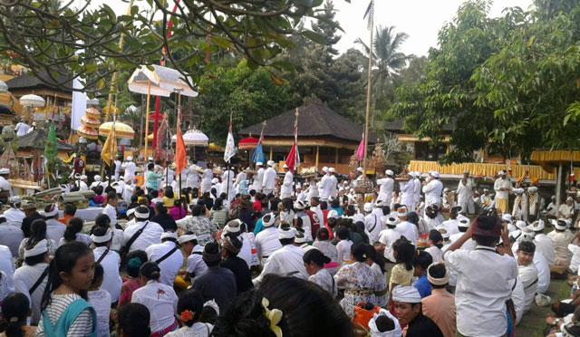 Perayaan Peodalan di Pura Mandara Giri Semeru Agung