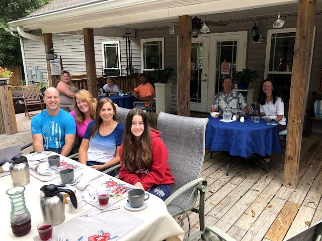 First time that all guests at the Cottage were from California and that all guests chose to eat breakfast outside.  Great to have them all.