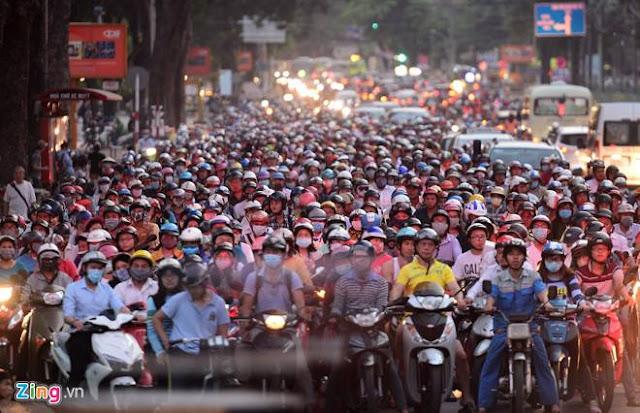 Xe máy là phương tiện chủ yếu của phần đông cư dân Hà Nội hiện nay