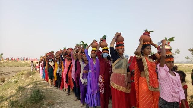 बेतौना में कालीपूजा को लेकर निकाली गयीं कलश शोभा यात्रा