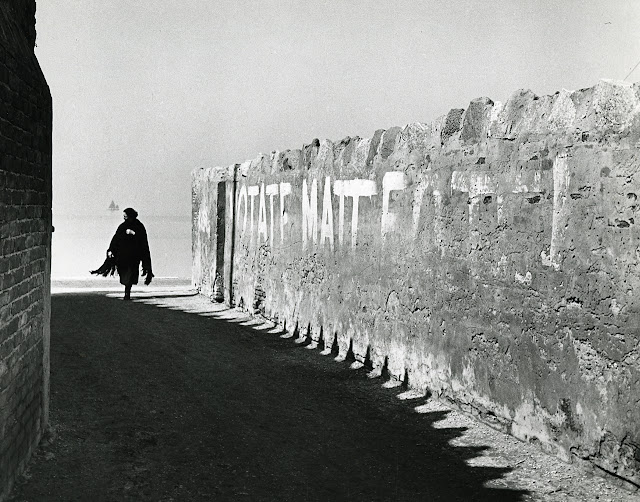 """""""Votate Matteotti"""", slogan elettorale dipinto su un muro a Venezia. Foto di Paolo Monti, 1965."""