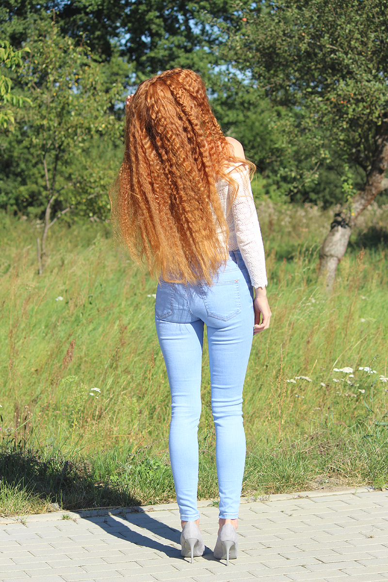 Ażurowa bluzka + niebieskie jeansy