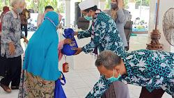 FKUB Pamekasan Bersama Rotary, Inti dan Bamag Salurkan Bantuan Sembako dan Jamban