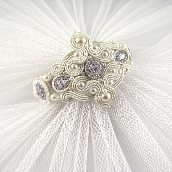 Bransoleta ślubna soutache z perłami i cyrkoniami.
