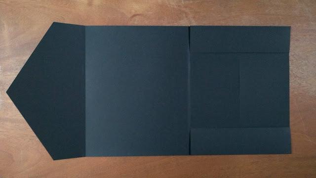 Envelope preto aberto.