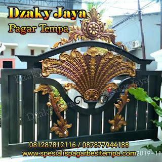 Contoh pagar besi tempa dengan ornamen motif kipas besar.