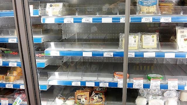 braki na półkach w greckich marketach, puste półki, brak towaru,  Mykonos grudzień 2016