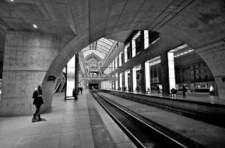 الفتاة ومحطة القطار في منتصف الليل