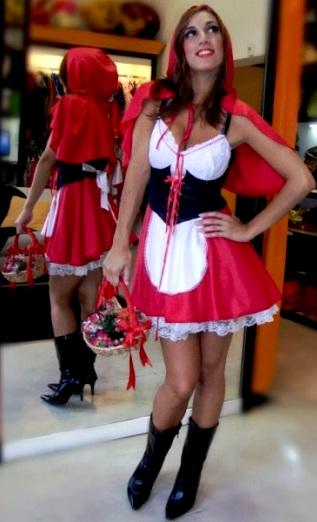 Foto de una mujer posando con disfraz de Caperucita Roja para Halloween