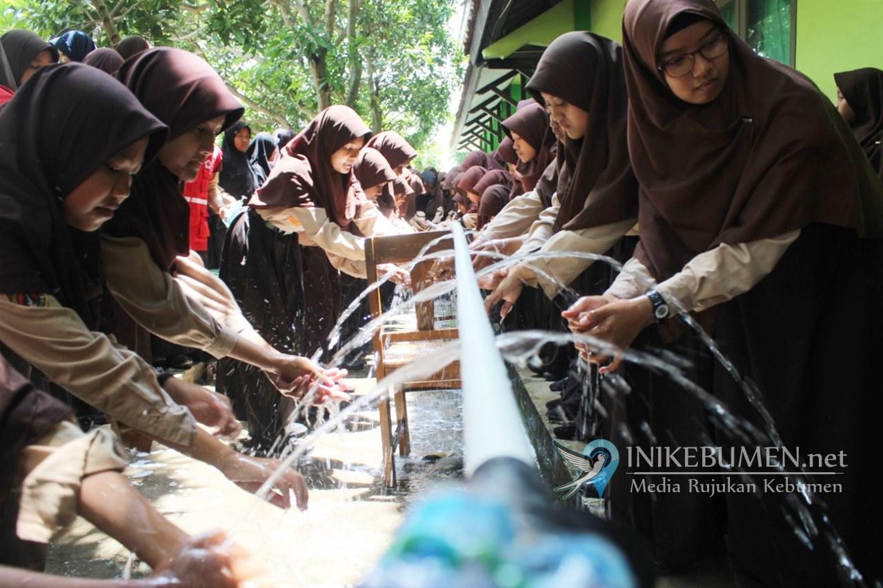 Cegah Corona, Ratusan Siswa MTsN 1 Kebumen Dilatih Cara Cuci Tangan yang Benar