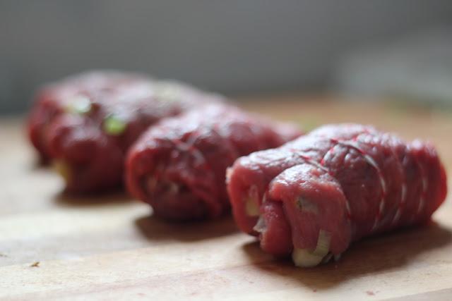 Zart und saftig geschmorte Rinderrouladen mit in Verjus marinierter Apfel-Lauch-Füllung | Arthurs Tochter Kocht von Astrid Paul