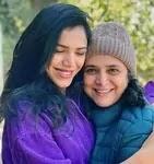 सुप्रिया पिलगांवकर अपनी बेटी के साथ