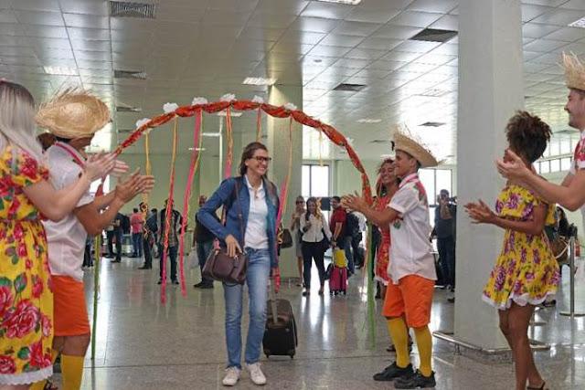 Em clima de São João: turistas são surpreendidos com forró e quadrilha no aeroporto de Petrolina (PE) - Notícias Petrolina - Portal SPY