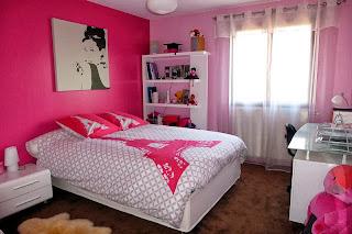 Dormitorio en blanco y fucsia