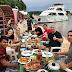 Jornalista Sikera Junior aparece em foto ao lado de Dissica as margens do Rio Negro