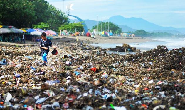 Plastik yang dibuang di tepi pantai termasuk jenis limbah padat