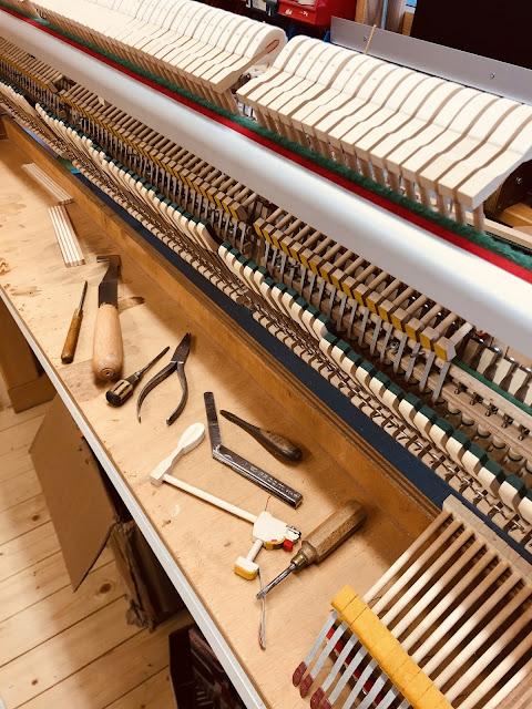 Photo d'une Révision d'une mécanique de piano droit Petrof en cours...