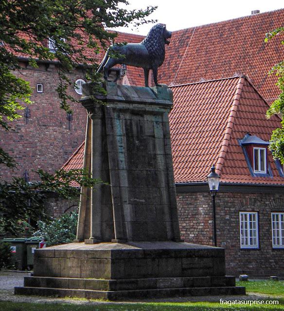Monumento a Henrique, o Leão, nos jardins da Catedral de Lübeck