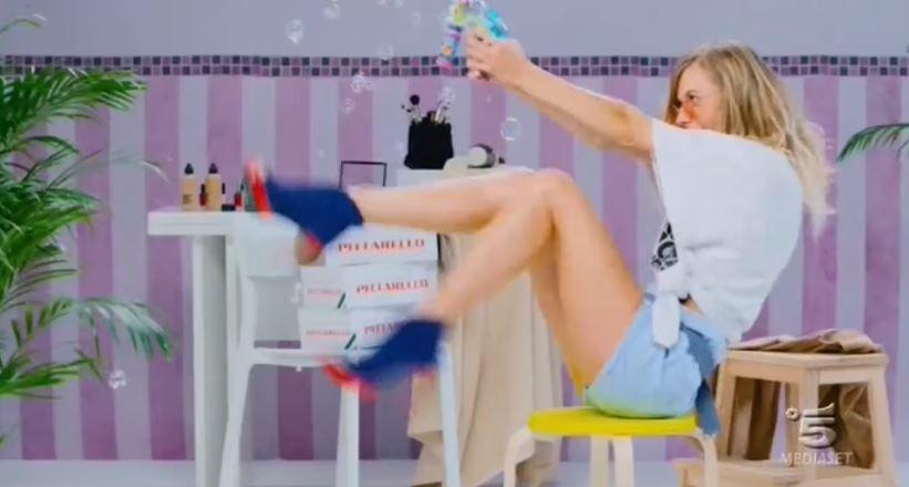 Modella Pittarello pubblicità con ragazza che balla sul divano con Foto - Spot 2016
