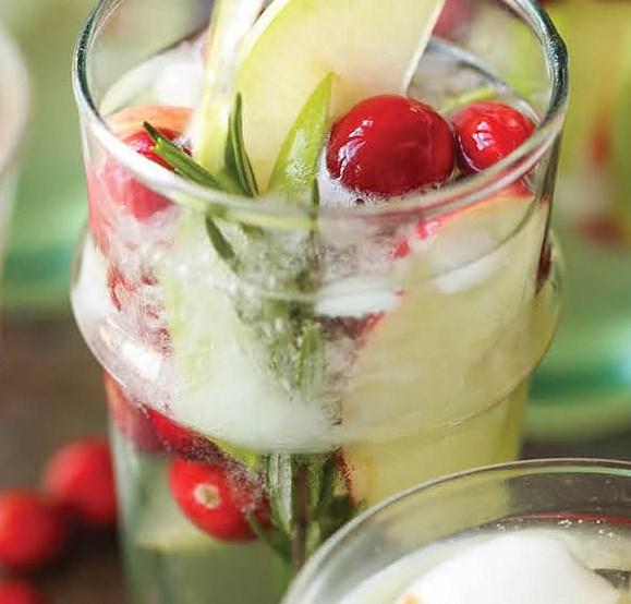 APPLE SANGRIA #drinks #christmas