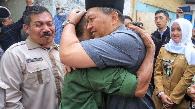 Mang Oded Peluk Manusia Gorong-gorong 3 Meter dan Diberi Hadiah