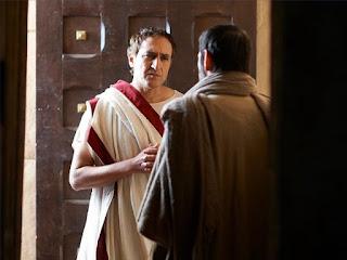 а те, като чуха, че са римляни, се уплашиха и дойдоха и ги помолиха да бъдат снизходителни