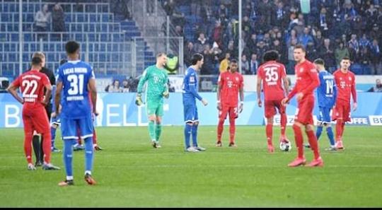توقف المباراة بين بايرن ميونخ وهوفنهايم بسبب الجمهور