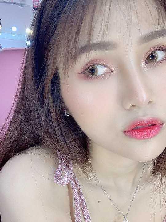 """9X Sài thành nổi bần bật với làn da """"búng ra sữa"""""""