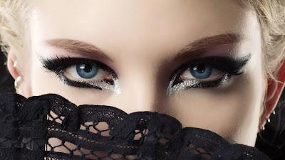 menatap mata wanita