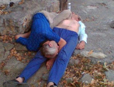 alte besoffene Männer schlafen lustig