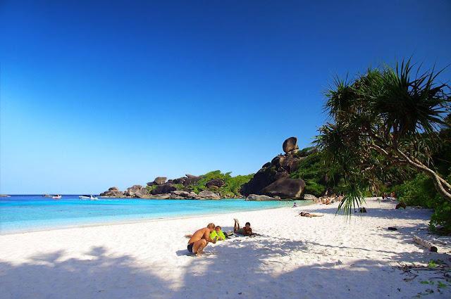 เกาะที่ใหญ่ที่สุดในหมู่เกาะสิมิลัน เกาะสิมิลันมีที่เที่ยวอยู่ที่นิยม คือ อ่าวเกือก อ่าวงวงช้าง