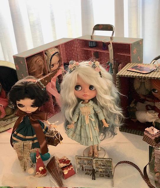 expositores e malas para bonecas da Tati