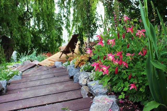 Gradina in panta, trepte in gradina, trepte din lemn - flori perene - Peisagist