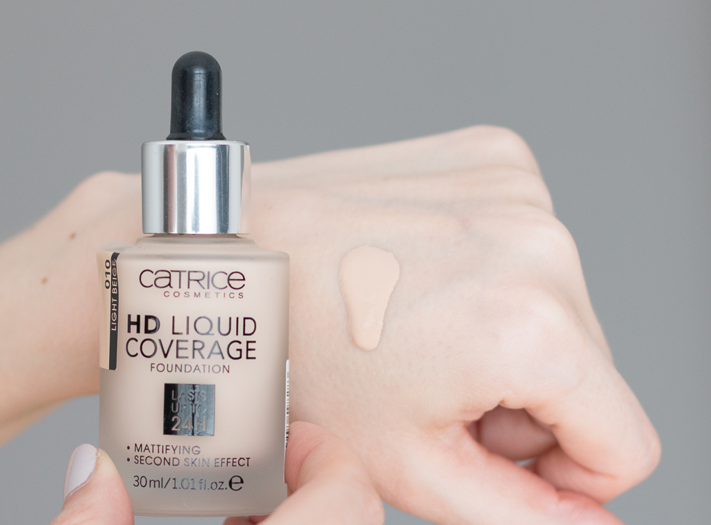 Catrice HD Liquid Coverage Foundation 010 Light Beige Swatch auf dem Handruecken