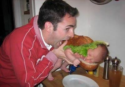 Vater und Kind essen witzige Bilder zum lachen