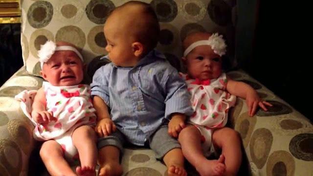 Η ξεκαρδιστική αντίδραση ενός μπόμπιρα που βρέθηκε για πρώτη φορά ανάμεσα σε δίδυμα μωρά [video]