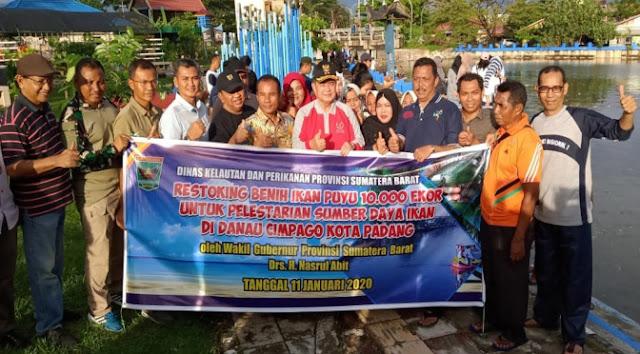 BWS Sumatera V - Pemprov Sumbar foto bersama setelah menebar benih ikan puyu dan ikan ikan nila di Danau Cimpago, Kota Padang