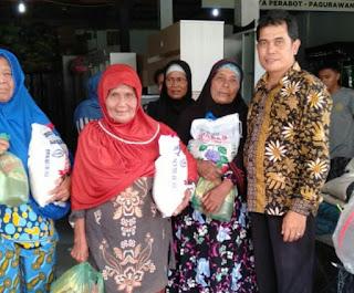 Baharuddin Salurkan Bantuan 60 Sak Beras Kepada Warga