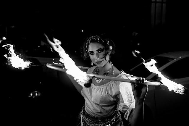 Apresentação artística com bambolê de fogo para recepção dos convidados de casamento em São Paulo.