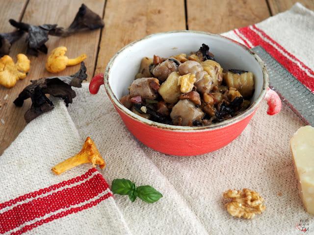 Gnocchi de patata violeta y patata blanca, aderezados con una salsa de setas de temporada, jamón, nueces y parmesano
