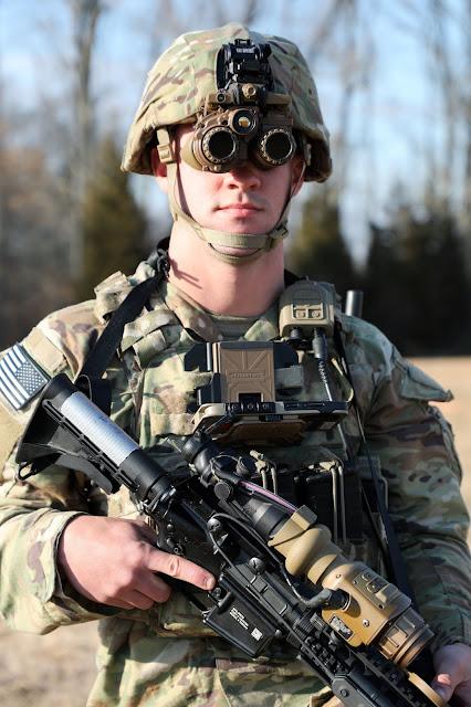 جهاز ENVG-B للرؤية الليلية يرتديه الجندي .. و يظهر معلق على الصدر نظام الوعي Nett Warrior .. و على البندقية مثبت منظار التصويب الحراري FWS-I .. و جميعهم متكاملين و متصلين مع بعض ..