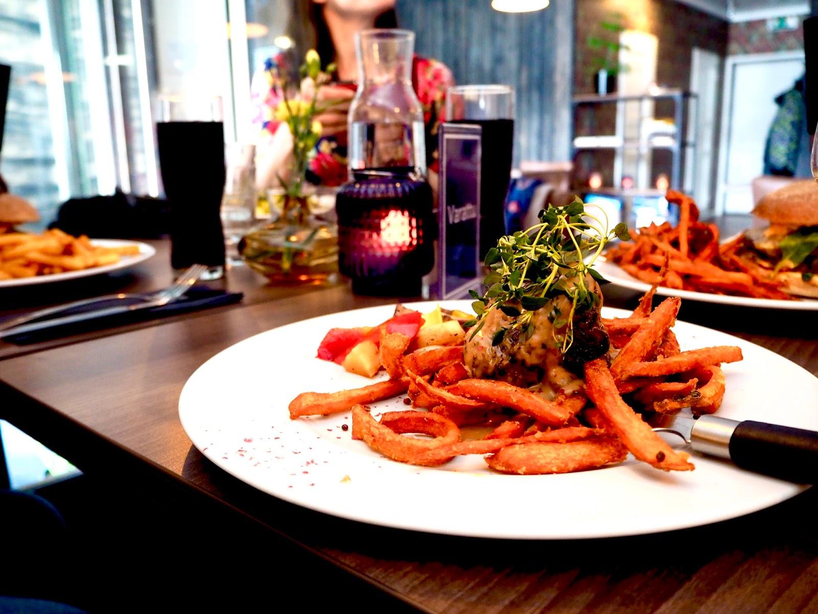 Maukas pihvi ja bataattiranskiksen Bar & Grill Lanko ravintolassa