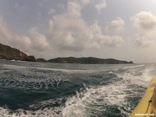 Barco agitando o mar de Búzios/RJ.