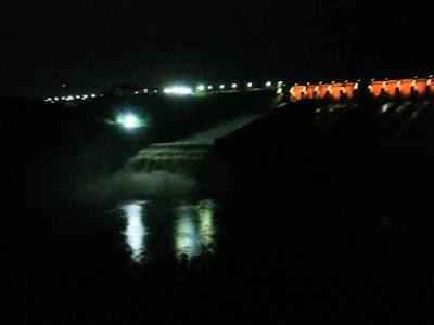 O vertimento da usina de Itaipu, nesta sexta-feira, 22