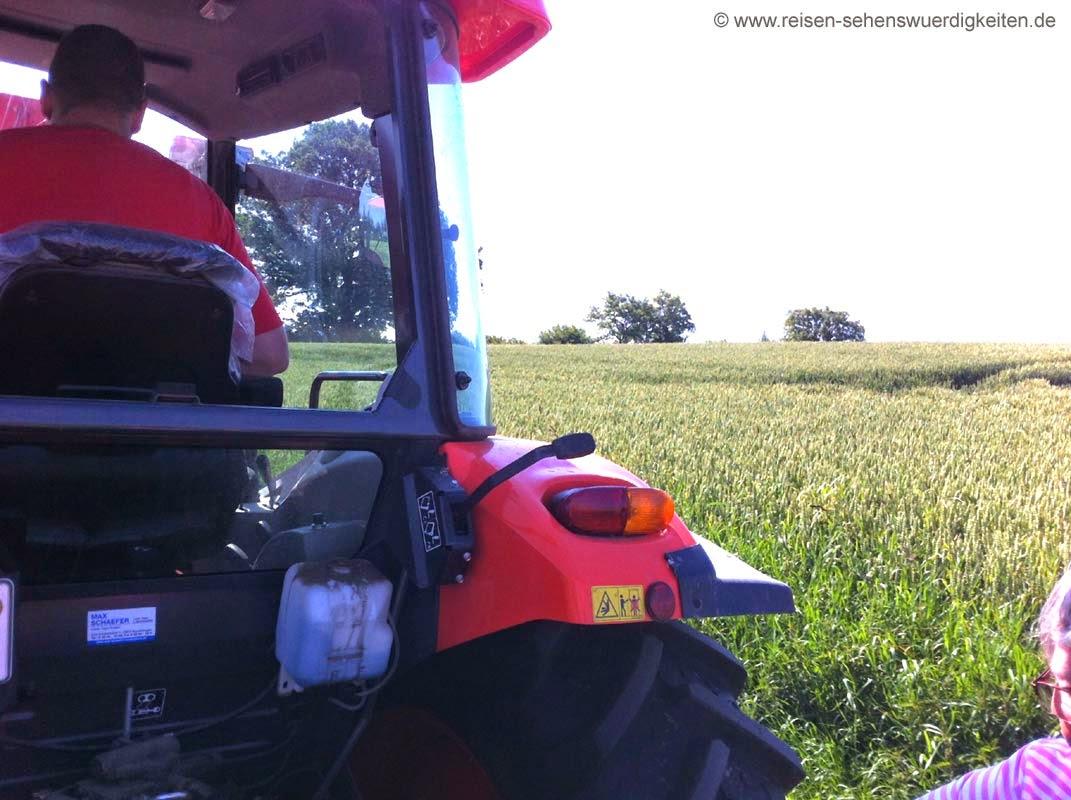 Trecker fahren im Urlaub auf dem Bauernhof in Schleswig-Holstein