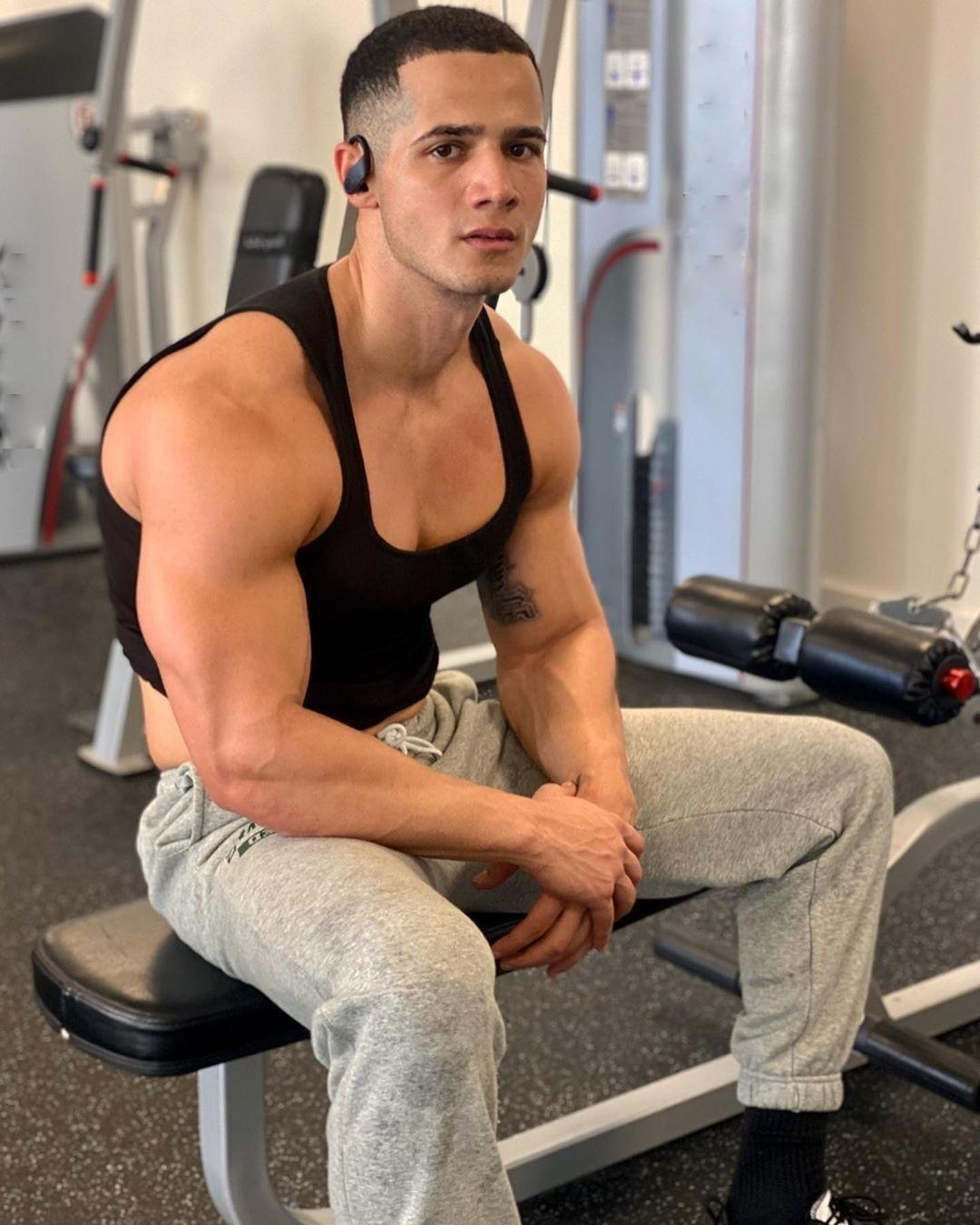 beefy-mixed-blatino-puertorican-hunk-dude-big-biceps-sweaty-gym-workout