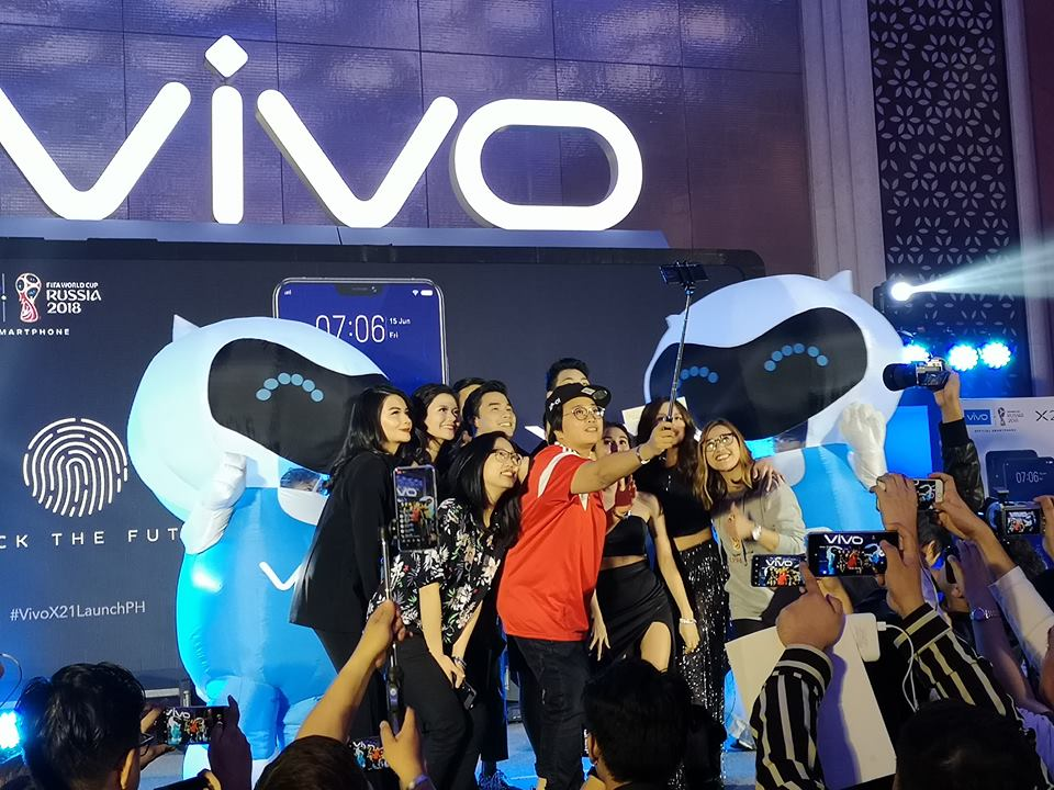 Vivo is set to up their game with its AI photography and upgraded face  recognition. The very light smartphone is sleek and fashionable and ready to  conquer ... 8af0203e3