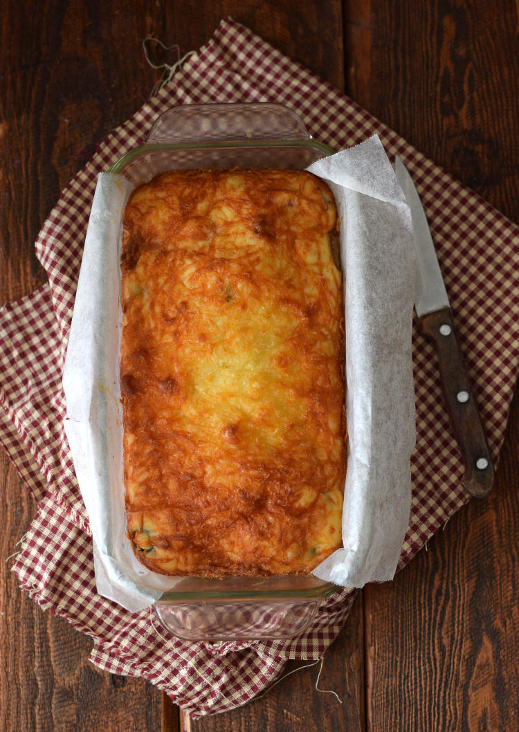 Bizcocho salado recién salido del horno, se puede ver la corteza dorada por el queso